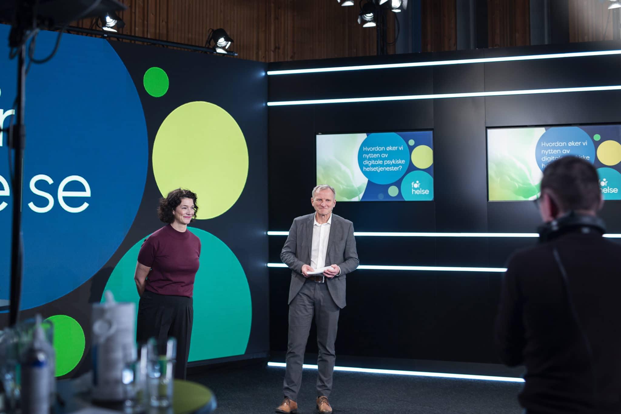 Senterleiar Tine Nordgreen og sjukehusdirektør Eivind Hansen leia den digitale opningssendinga.