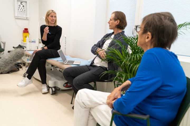 Sjukehuslege Katinka Nordheim Alme, i samtale med fastlege Regin Hjertholm og pasient Eva Skadal (75) Foto: Ingrid Lovise Færøyvik, Haraldsplass Diakonale Sykehus